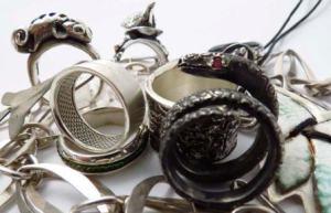 Pictured: Silver jewellery items by Ayanda Myeza, Chris de Beer, Marlene de Beer and Songezo Baleni.
