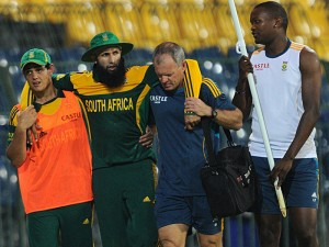 Star batsman Hashim Amla leaving the field after his left knee gets injured. Picture by SportingLife.com