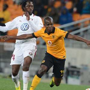 Knowledge Musona under pressure from Lerato Chabangu. Picture by: SoccerLaduma.